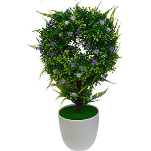 Topiario verde con flores moradas en maceta de melamina blanca