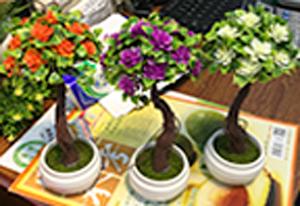 Arbol c/flores moradas en maceta d/melamina blanca