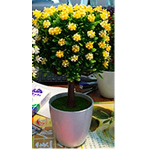 Maceta de melamina blanca con topiario de hojas verdes y flores amarillas