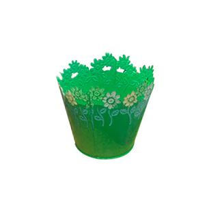 Maceta de lamina redonda verde con diseño de flores de colores en el contorno de 15x13cm
