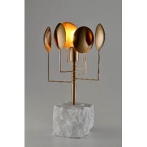Lámpara de mesa de metal dorada con bate tipo mármol de 59x29x19cm
