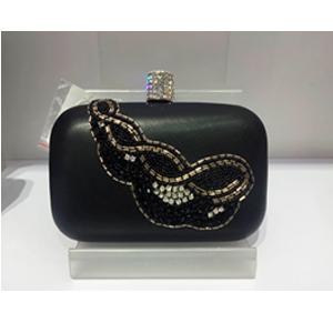 Bolsa de mano de polipiel color negro y bordado de lentejuela y chaquira