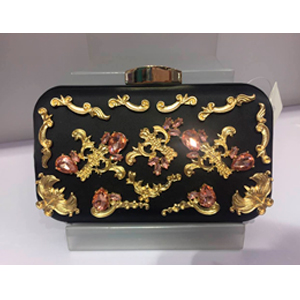 Bolso de mano negra con figuras doradas