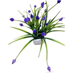 Flores moradas artificiales en maceta de cerámica