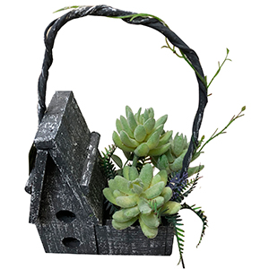 Casita de madera gris con plantas verdes
