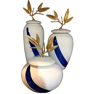 Tibor blanco con azul y tapa con asa de hojas doradas de 20x34cm