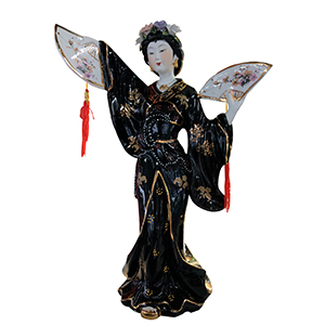 Geicha con kimono negro y abanicos