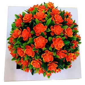Maceta cuadrada blanca con flores naranjas