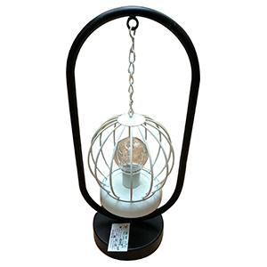 Linterna de metal en base negra con luz led (usa baterias doble A)