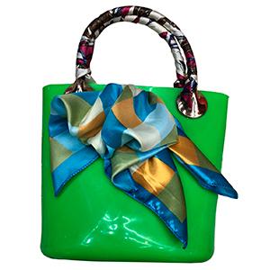 Bolsa de mano verde con mascada