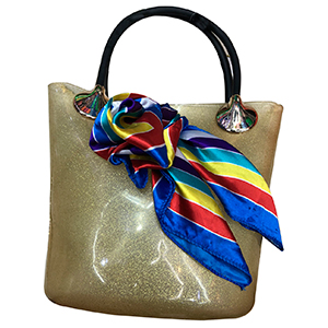 Bolsa de mano dorada con mascada