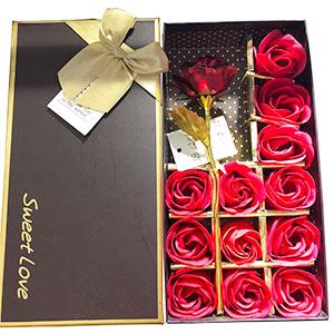 Caja con 12 rosas rojas y 1 rosa dorada